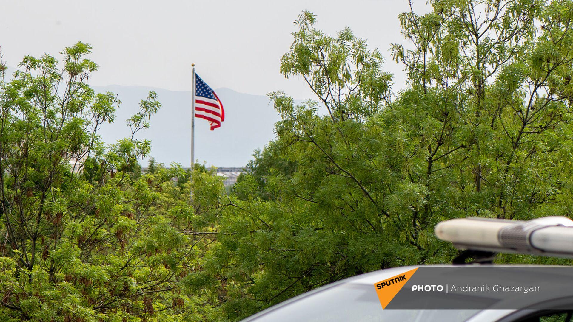 Флаг США у здания посольства в Армении - Sputnik Армения, 1920, 20.07.2021