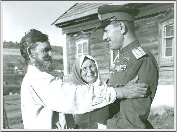 Ավիացիայի մարշալ, Խորհրդային Միության կրկնակի հերոս Նիկոլայ Սկոմորոխովը Սարատովի շրջանի Լապոտ գյուղում, 1946 թվական - Sputnik Արմենիա