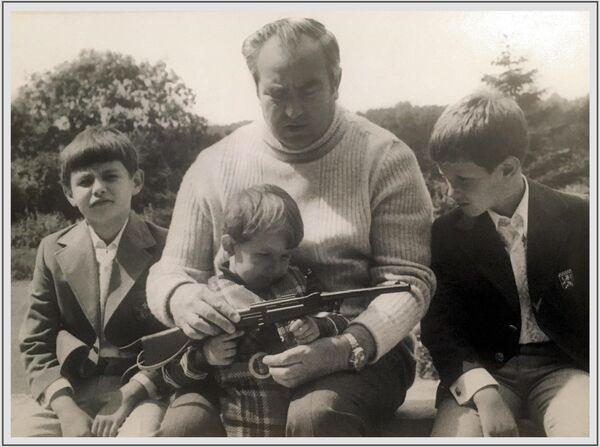 Խորհրդային Միության մարշալ, Խորհրդային Միության հերոս Վիկտոր Կուլիկովը թոռների հետ հանգստանում է Գերմանիայում, 1980 - Sputnik Արմենիա