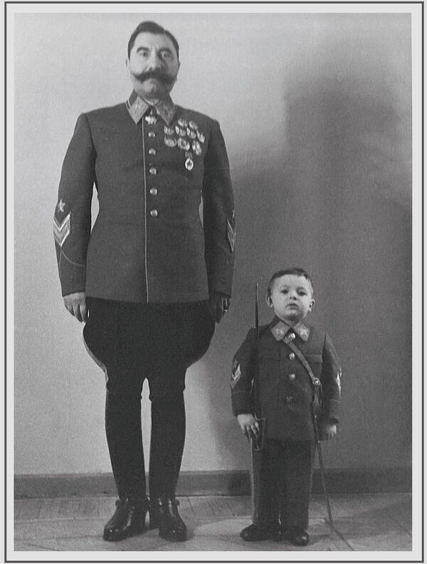 Խորհրդային Միության մարշալ, Խորհրդային Միության եռակի հերոս Սեմյոն Բուդյոննին որդու` Սերգեյի հետ, 1940 թվական - Sputnik Արմենիա