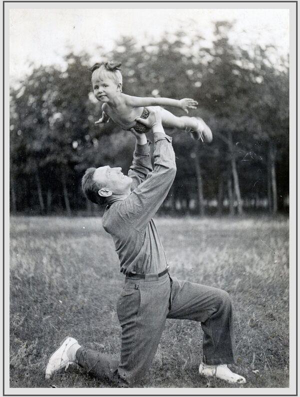 Խորհրդային Միության մարշալ, Խորհրդային Միության հերոս Սերգեյ Փիրուզովը դստեր` Օլգայի հետ, 1940 թվական - Sputnik Արմենիա