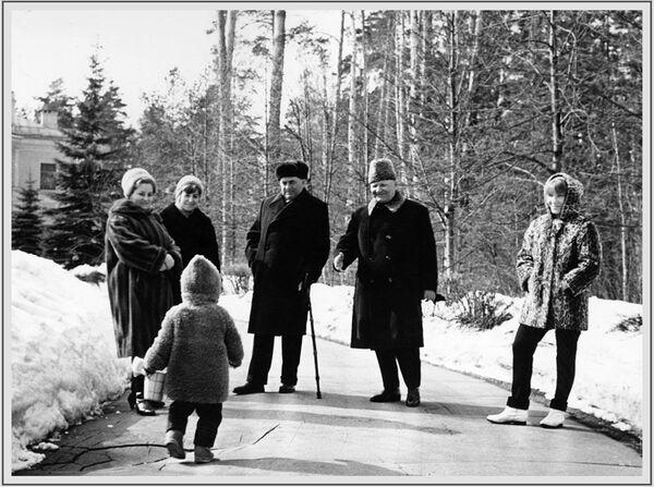 Խորհրդային Միության մարշալ, Խորհրդային Միության կրկնակի հերոս Իվան Կոնևը ընտանիքի հետ, 1960-ականների լուսանկար - Sputnik Արմենիա