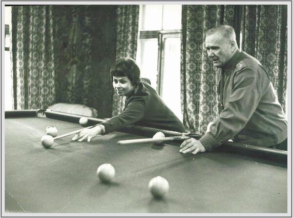 Խորհրդային Միության մարշալ, Խորհրդային Միության հերոս Անդրեյ Երյոմենկոն տիկնոջ` Նինա Իվանովայի հետ բիլիարդ է խաղում ամառանոցում, 1967 թվական - Sputnik Արմենիա