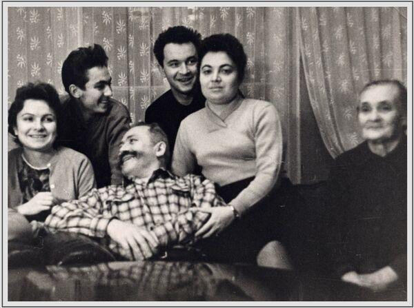 Բանակի գեներալ Սերգեյ Շտեմենկոն ընտանիքի հետ Մոսկվայում, 1962 թվական - Sputnik Արմենիա