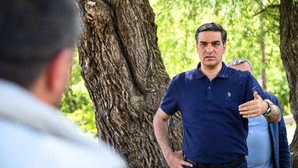 Омбудсмен Арман Татоян в сопровождении представителей штаба встретился с жителями сел Веришен-Акнер (14 мая 2021). - Sputnik Армения