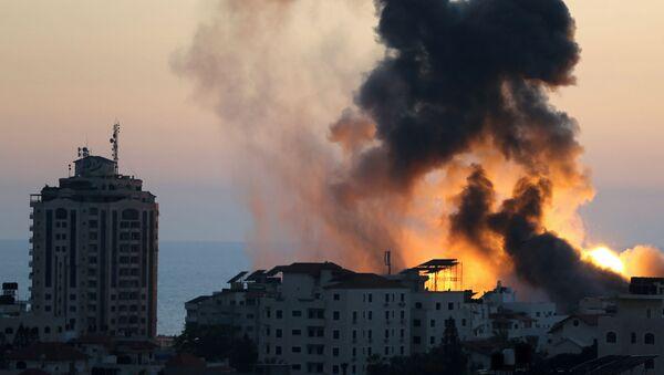 Дым и пламя поднимаются во время израильских воздушных ударов (14 мая 2021). Газа - Sputnik Արմենիա