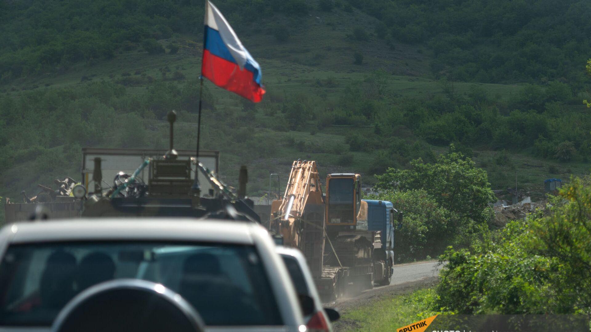 Российские миротворцы сопровождают азербайджанскую автоколонну на дороге Шуши - Кармир Шука - Sputnik Արմենիա, 1920, 19.07.2021