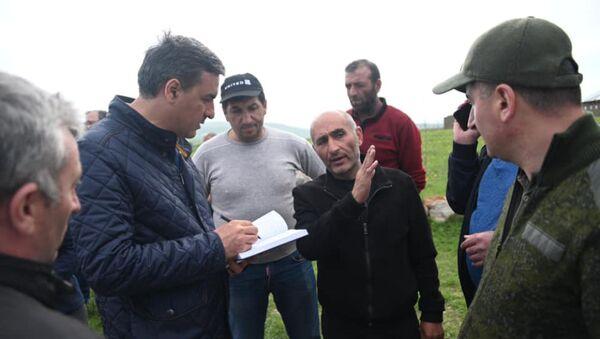 Омбудсмен Арман Татоян в селе Кут (16 мая 2021). - Sputnik Армения