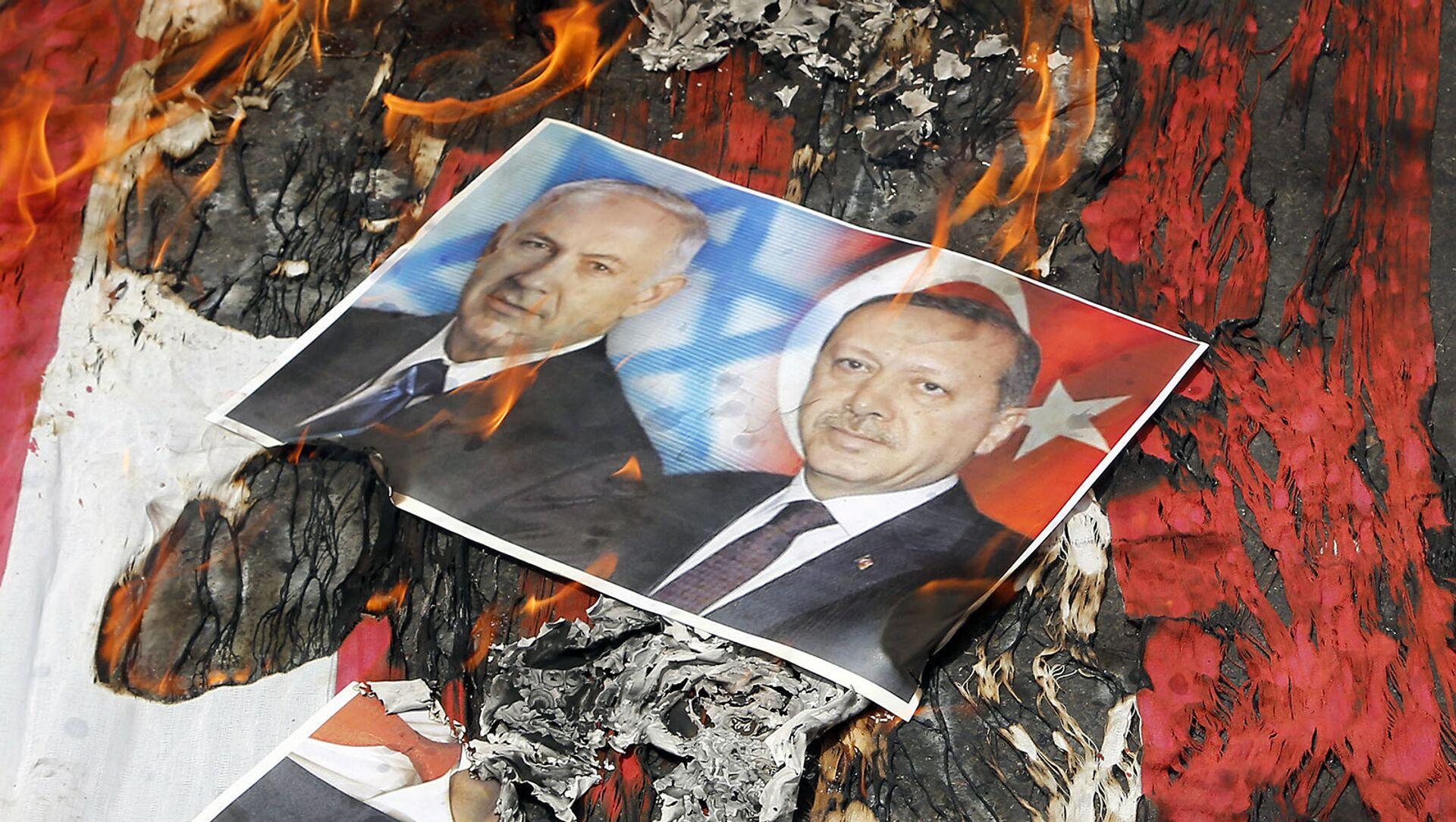 Портреты премьер-министра Израиля Биньямина Нетаньяху и президента Турции Реджепа Эрдогана лежат на флаге США в огне во время парада в честь Дня Аль-Кудса (1 июля 2016). Тегеран - Sputnik Արմենիա, 1920, 16.05.2021