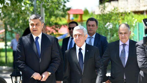 Серж Саргсян и Артур Ванецян во время церемонии подписания меморандума предвыборного блока Честь имеем (16 мая 2021). Еревaн - Sputnik Արմենիա