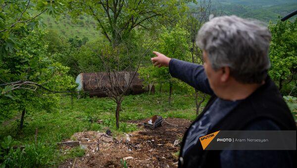 Жительница села Тагавард Эльмира Алавердян показывает в сторону азербайджанских позиций - Sputnik Արմենիա
