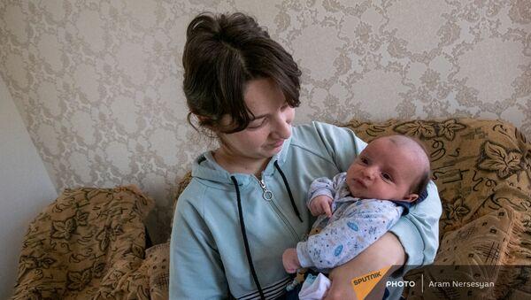 Сюзанна и маленький Геворк - жена и сын погибшего Ашота Микаеляна - Sputnik Армения