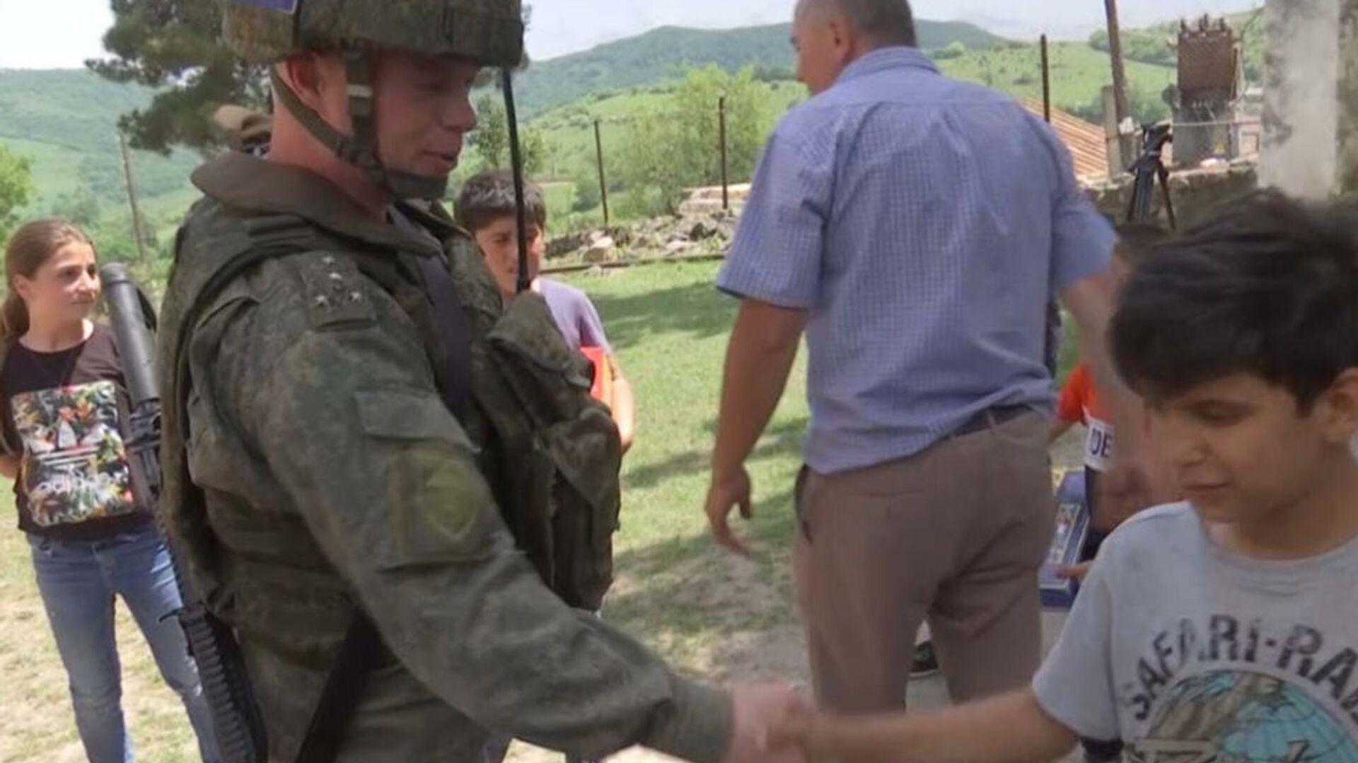 Российские миротворцы организовали передачу гуманитарной помощи беженцам и многодетным семьям отдаленных поселков НКР (18 мая 2021). Карабах - Sputnik Արմենիա, 1920, 18.05.2021