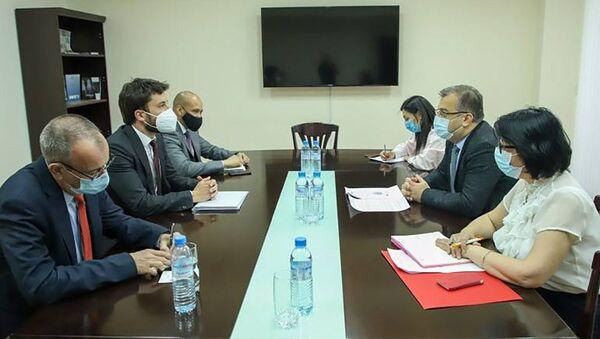 Замминистра иностранных дел РА Артак Апитонян принял делегацию ОБСЕ по демократическим институтам и правам человека во главе с Оуэном Мерфи (18 мая 2021). Еревaн - Sputnik Армения