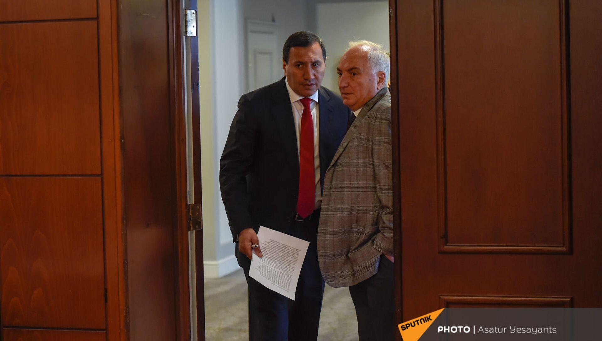 Лидер Армянской демократической партии Арам Саркисян и основатель благотворительного фонда Тигран Арзаканцян до церемонии подписания меморандума (18 мая 2021). Еревaн  - Sputnik Արմենիա, 1920, 18.05.2021