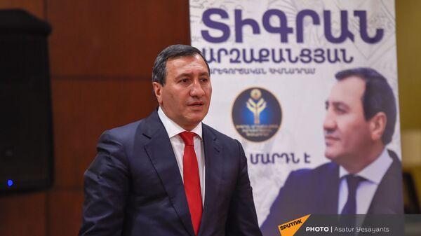 Основатель благотворительного фонда Тигран Арзаканцян на церемонии подписания меморандума о сотрудничестве с Демократической партией Армении (18 мая 2021). Еревaн - Sputnik Արմենիա