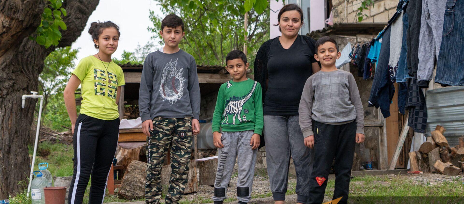 Нарине Товмасян с детьми во дворе арендованного доме в Аскеране - Sputnik Արմենիա, 1920, 18.05.2021