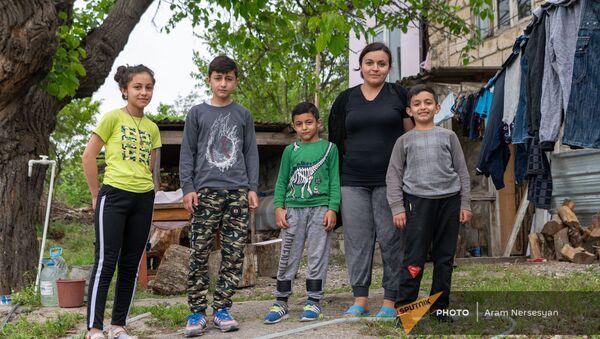 Нарине Товмасян с детьми во дворе арендованного доме в Аскеране - Sputnik Արմենիա