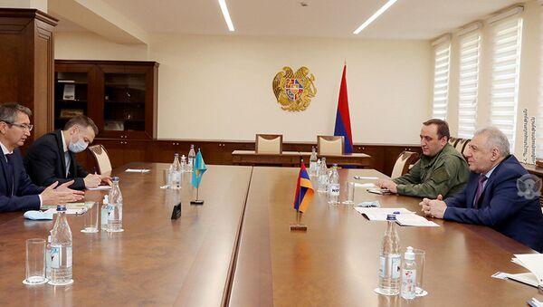 И.о. министра обороны Вагаршак Арутюнян принял новоназначенного Чрезвычайного и Полномочного посла Казахстана Болата Иманбаева (19 мая 2021). Еревaн - Sputnik Армения