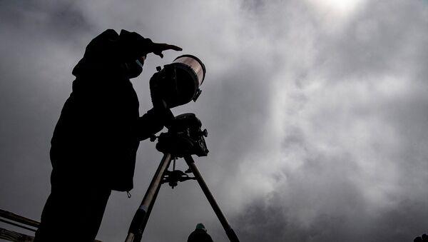 Симон Анхель, астроном Католического университета Чили, готовит телескоп (13 декабря 2020). Чили - Sputnik Армения