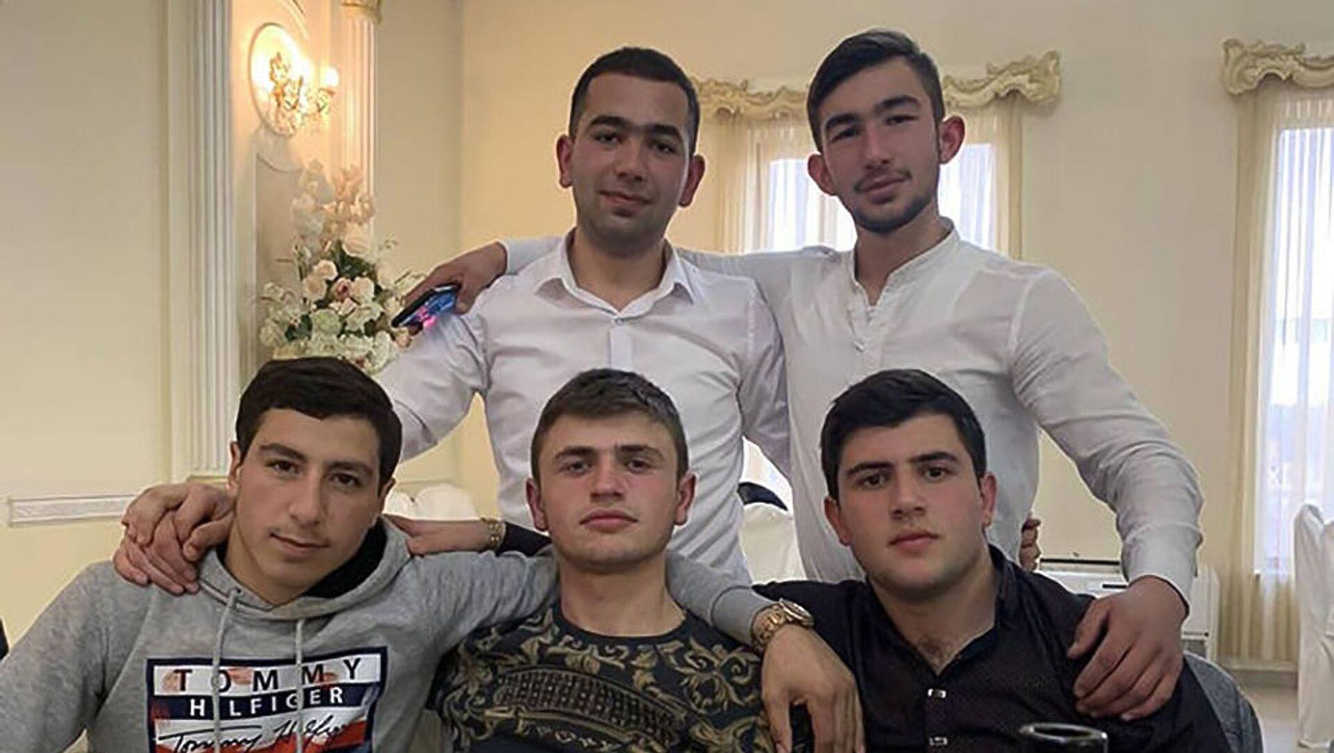 Получивший ранение в карабахской войне Артуш Тигранян с друзьями - Sputnik Արմենիա, 1920, 19.05.2021
