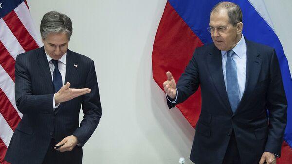 Министр иностранных дел РФ Сергей Лавров и госсекретарь США Энтони Блинкен жестами уступают друг другу дорогу на встрече в Рейкьявике (20 мая 2021). Исландия - Sputnik Армения