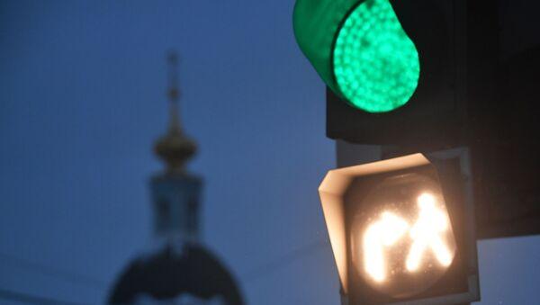 Новый светофор на пересечении улицы Солянка и Яузского бульвара в Москве с совмещенной фазой, разрешающий одновременное движение пешеходов и автомобилей, которые совершают поворот. - Sputnik Армения
