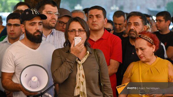 Лидер движения 5165 Карин Тоноян во время акции протеста с требованием опубликовать договор с Азербайджаном - Sputnik Արմենիա