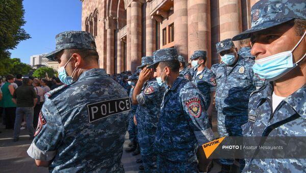 Полиция во время акции протеста с требованием опубликовать договор с Азербайджаном - Sputnik Армения