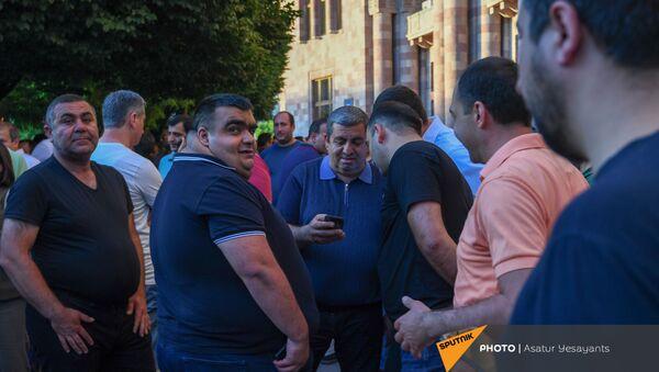 Экс-депутат Аракел Мовсисян во время акции протеста с требованием опубликовать договор с Азербайджаном - Sputnik Արմենիա