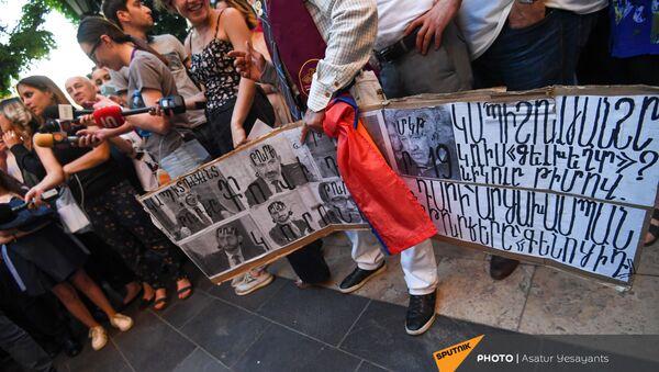 Участники акции протеста с требованием опубликовать договор с Азербайджаном с баннерами и плакатами - Sputnik Արմենիա