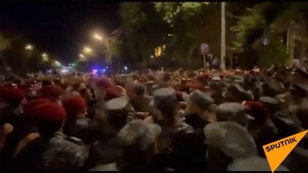 Ոստիկանները բերման են ենթարկել ցուցարարներին ու բացել են Բաղրամյան պողոտան. տեսանյութ - Sputnik Արմենիա