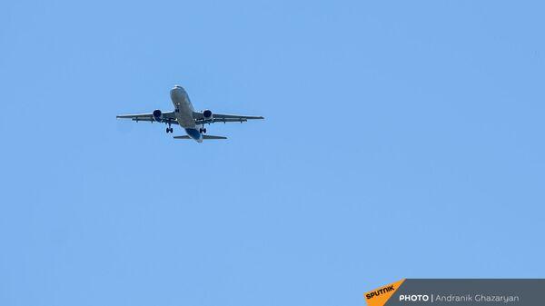 Самолет Airbus А320 Уральских авиалиний на посадке в ереванском аэропорту Звaртноц - Sputnik Արմենիա