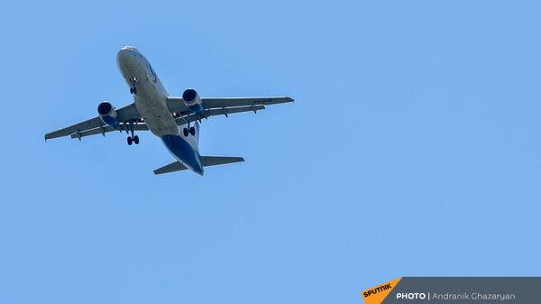 Самолет Airbus А320 Уральских авиалиний на посадке в ереванском аэропорту Звaртноц - Sputnik Армения