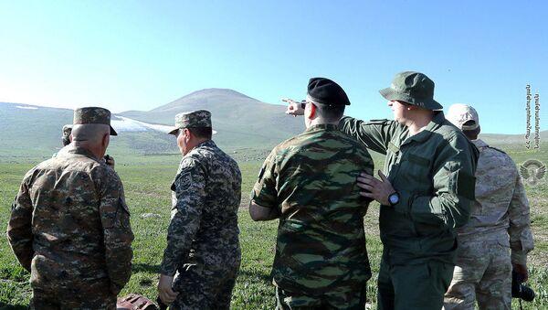 Минобороны организовало визит военных атташе иностранных посольств в Армении на армяно-азербайджанскую границу в Сюникской области (20 мая 2021). - Sputnik Армения