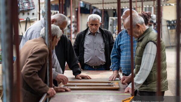 Мужчины играют в нарды на рынке Степанакерта - Sputnik Արմենիա