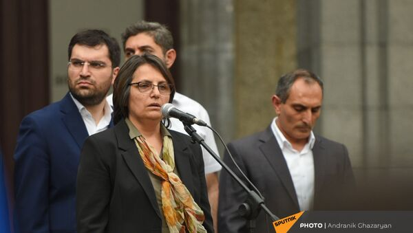 Лидер движения 5165 Карин Тоноян со своими однопартийцами во время экстренно созванного митинга с требованием опубликовать договор с Азербайджаном - Sputnik Արմենիա