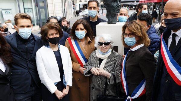На площади Одеон в Латинском квартале Парижа открыт бюст великого шансонье Шарля Азнавура - Sputnik Արմենիա