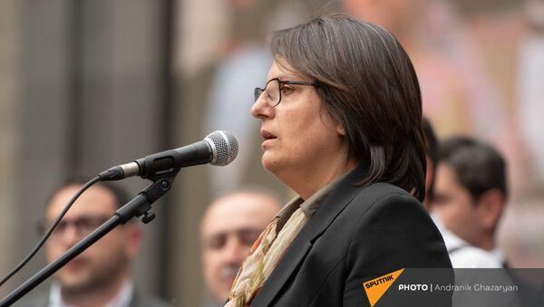 Лидер движения 5165 Карин Тоноян во время экстренно созванного митинга с требованием опубликовать договор с Азербайджаном (22 мая 2021). Еревaн - Sputnik Армения