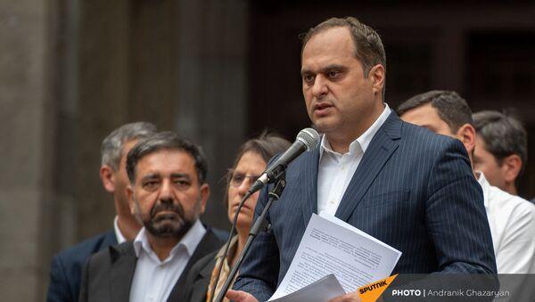 Глава Палаты адвокатов Ара Зограбян во время экстренно созванного митинга с требованием опубликовать договор с Азербайджаном (22 мая 2021). Еревaн - Sputnik Армения
