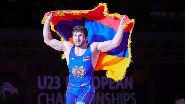Борец Малхас Амоян с флагом Армении после победы в финале ЧЕ (до 23 лет) - Sputnik Արմենիա