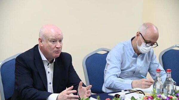 Омбудсмены Армении и Карабаха Арман Татоян и Гегам Степанян на встрече с докладчиком ПАСЕ Полом Гаваном и генеральным секретарем комитета ПАСЕ по миграции Марком Невиллом (24 мая 2021). Еревaн - Sputnik Արմենիա