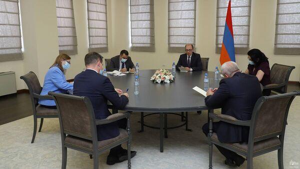 И.о. министра иностранных дел РА Ара Айвазян встретился с послами стран-сопредседателей Минской группы ОБСЕ в Армении (24 мая 2021). Еревaн - Sputnik Արմենիա