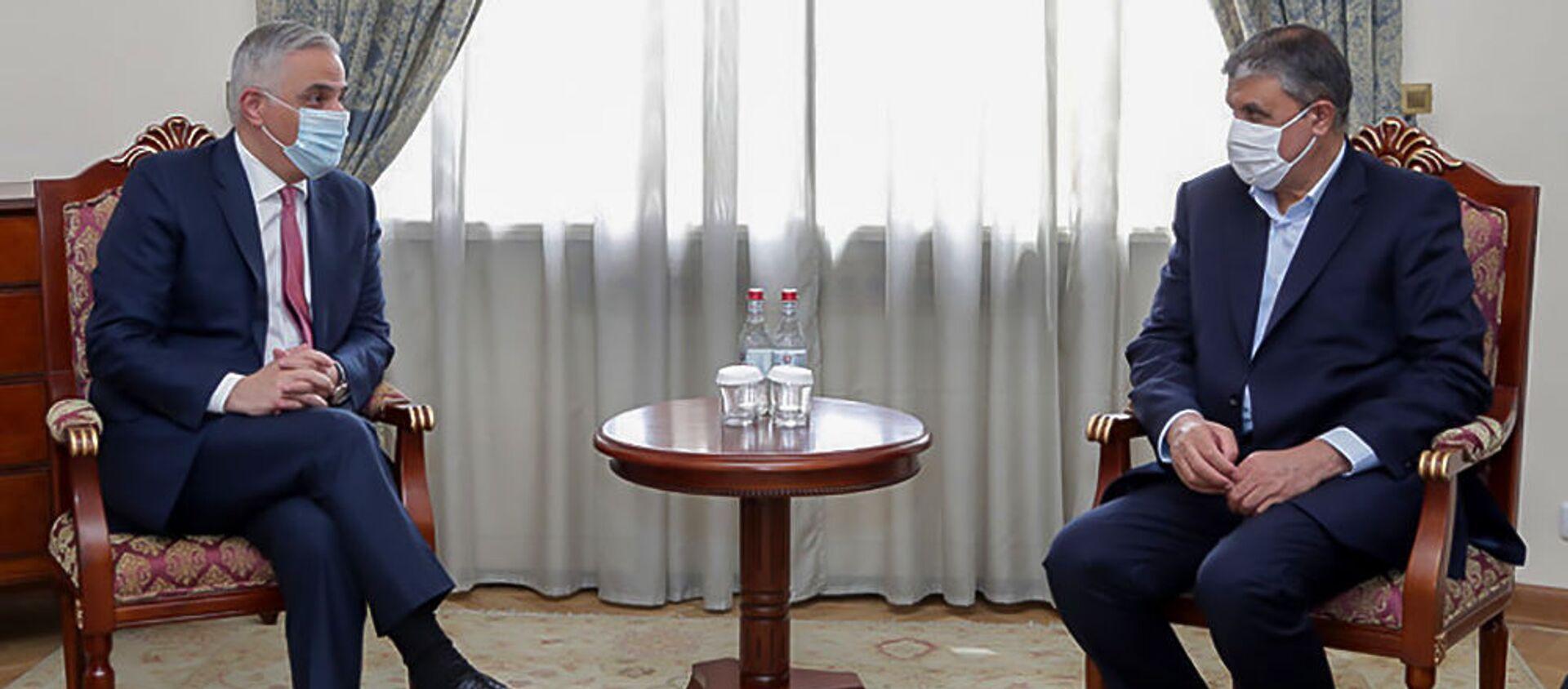 И.о. вице-премьера Мгер Григорян принял делегацию, возглавляемую министром дорожного строительства и градостроительства Ирана Мохаммадом Эслами (24 мая 2021). Еревaн - Sputnik Армения, 1920, 24.05.2021