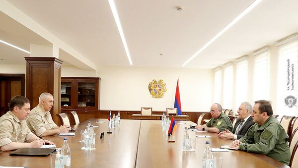 И.о. министра обороны Вагаршак Арутюнян встретился с командующим миротворческими войсками России в Карабахе, генерал-лейтенантом Рустамом Мурадовым (25 мая 2021). Еревaн - Sputnik Армения