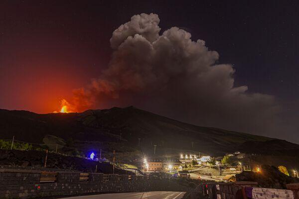 Էտնա հրաբխի ժայթքման հետևանքով ստեղծված ծխի ամպը - Sputnik Արմենիա