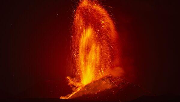 Фонтан лавы во время извержения вулкана Этна в Италии  - Sputnik Արմենիա