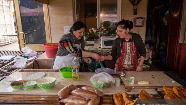 Сестры Лесмонья И Лиля Оганджанян пекут женгялов хац на степанакертском рынке - Sputnik Արմենիա