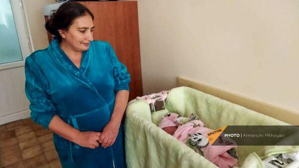 40-летняя Сусанна Хачикян со своим 11-м ребенком - Sputnik Армения