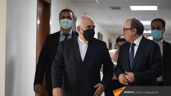 И.о. министра иностранных дел Ара Айвазян на встрече с министром иностранных дел Ирана Джавадом Зарифом 26 мая 2021 года - Sputnik Արմենիա